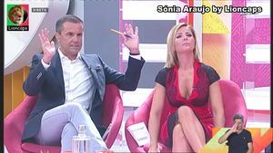 Sonia Araujo sensual na Praça da Alegria